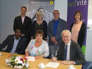 ondertekening-contract-Menskracht7-met-activite-4-mei-2015